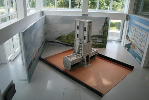 Spannrahmenrückwand und Bodenexponat /