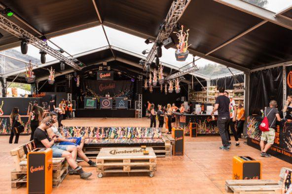 Bühnen-Backdrop und 28 bedruckte Sitzpolster für die Loungemöbel /