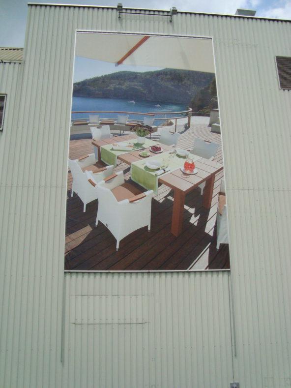 Megaposter mit Liftsystem auf der Ostseite an der Autobahn /