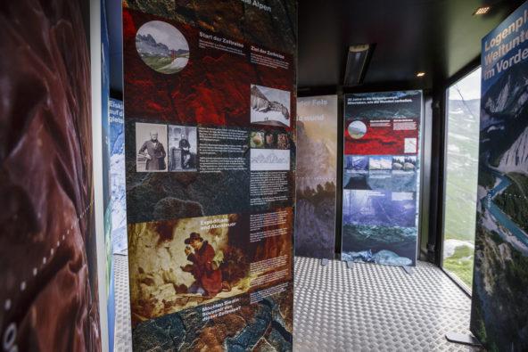 Spannrahmen mit Textilgrafiken im Besucherpavillon /